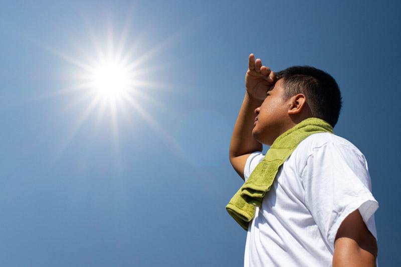 Hãy thực hiện các biện pháp bảo vệ và che chắn da khi hoạt động dưới trời nắng