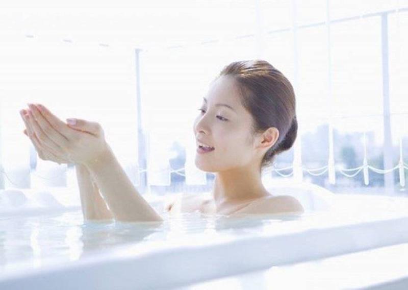 Ngâm tắm nước muối mỗi tuần 3 - 4 lần có thể giúp cải thiện tình trạng viêm ngứa, ngăn ngừa nhiễm trùng da hiệu quả