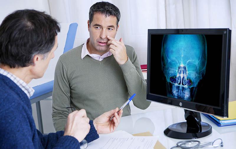 Thăm khám bác sĩ chuyên khoa để đánh giá mức độ nặng của bệnh trước khi lựa chọn kháng sinh trị viêm xoang