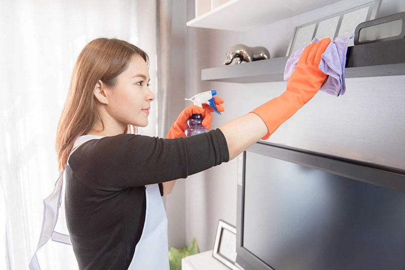 Thường xuyên vệ sinh, lau dọn nhà cửa, đồ vật để hạn chế bụi bẩn, vi khuẩn tiếp xúc với bé