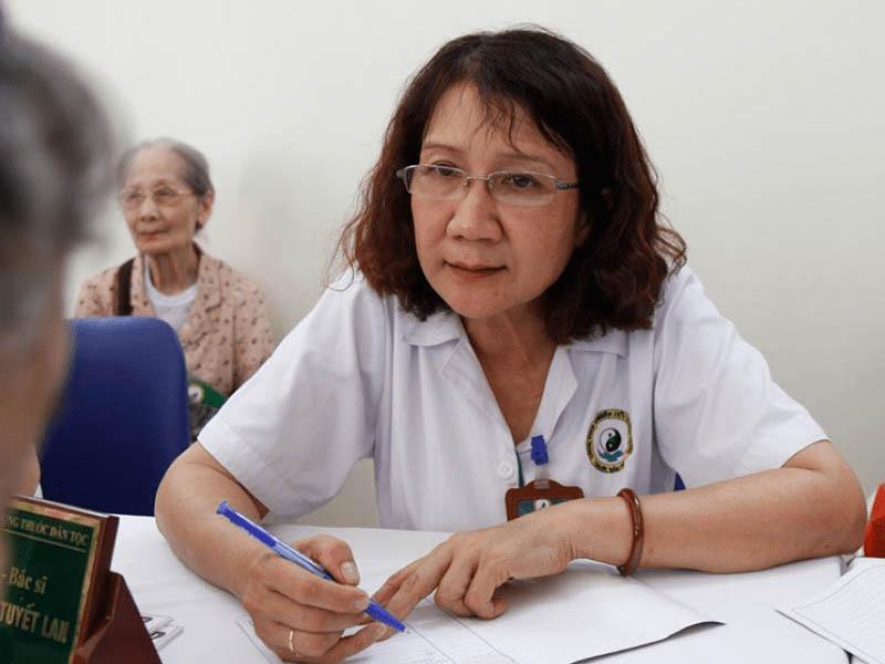 Bác sĩ Nguyễn Thị Tuyết Lan có hơn 40 năm kinh nghiệm trong việc điều trị xương khớp