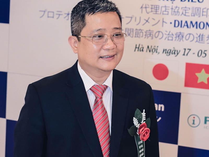Phó giáo sư Nguyễn Vĩnh Ngọc từng thăm khám cho hàng nghìn bệnh nhân về xương khớp