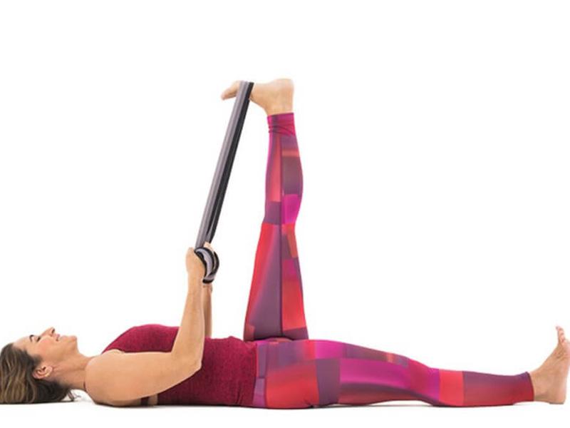 Tư thế nằm ngửa kéo chân giúp giảm đau vùng lưng và hông hiệu quả