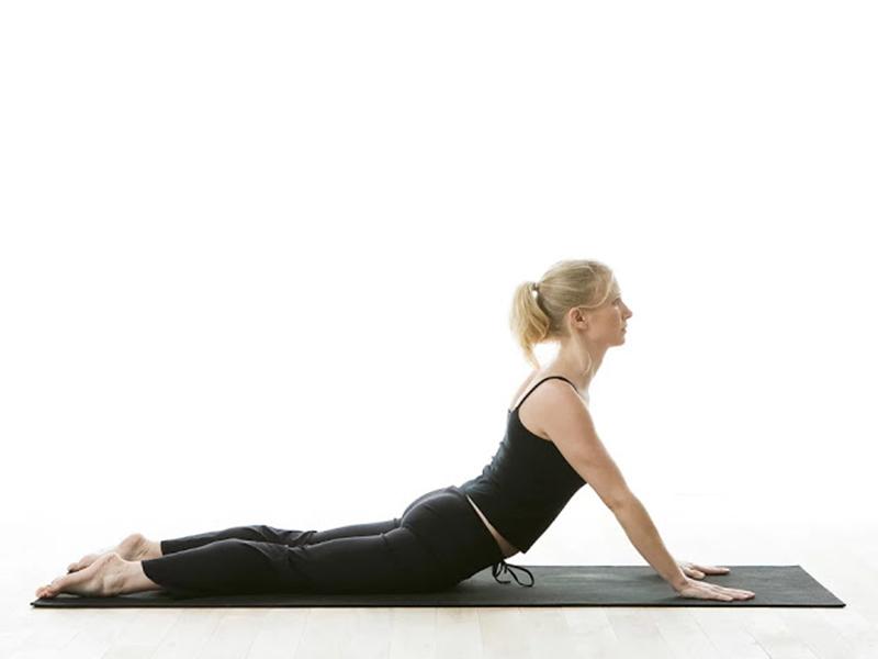 Tư thế bhujangasana là bài tập yoga chữa đau khớp gối đặc biệt hiệu quả