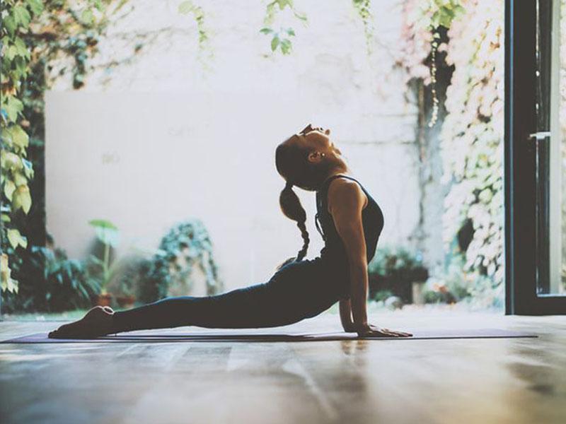 Tư thế januhastasana là bài tập yoga chữa đau khớp gối hiệu quả