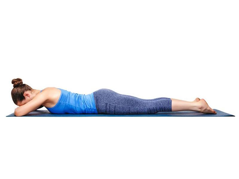 Bài tập yoga chữa đau khớp gối makarasana nên thực hiện vào buổi sáng hoặc buổi tối sau khi ăn từ 4 tới 6 tiếng