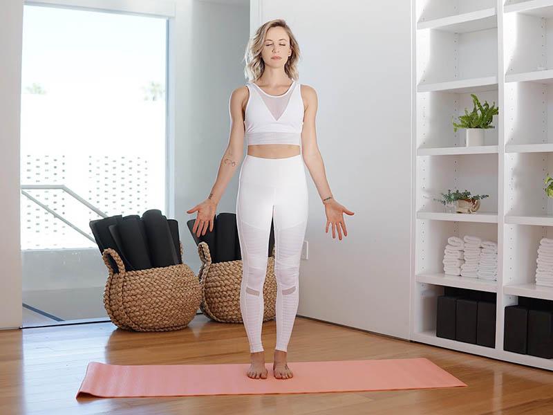 Bài tập yoga chữa đau khớp núi tư thế trái núi tập trung vào hoạt động của phần gối, mắt cá chân và đùi