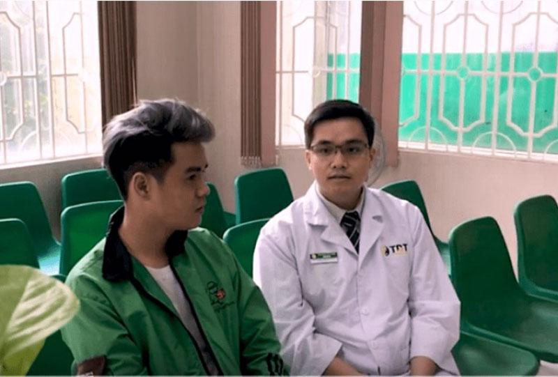Anh Đức Sang và bác sĩ trực tiếp điều trị cho anh tại Trung tâm Thuốc dân tộc chi nhánh 145 Hoa Lan