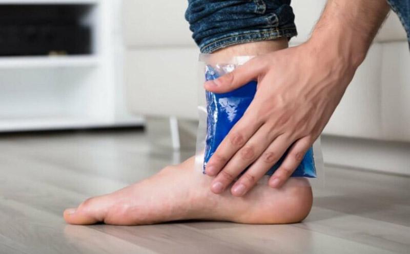 Chườm đá lạnh cải thiện đau nhức tại nhà