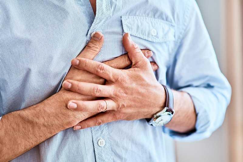 Triệu chứng của bệnh là đau tức ở một hoặc cả hai ngực