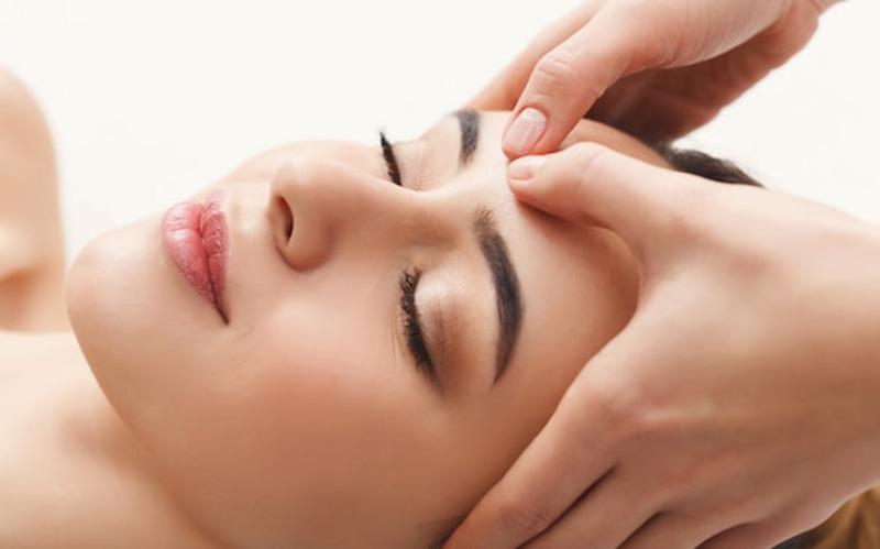 Massage mặt và đầu có thể cải thiện các triệu chứng viêm xoang, ù tai