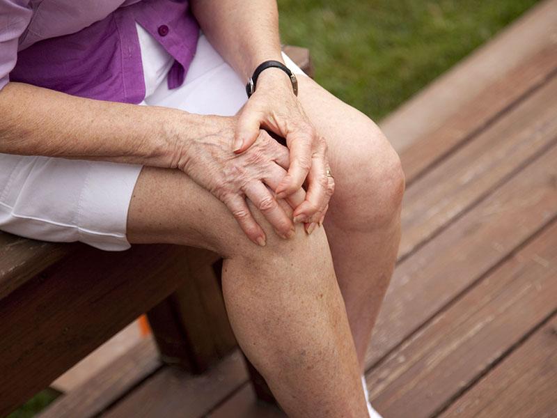 Đau khớp gối ở người già là hiện tượng khá phổ biến