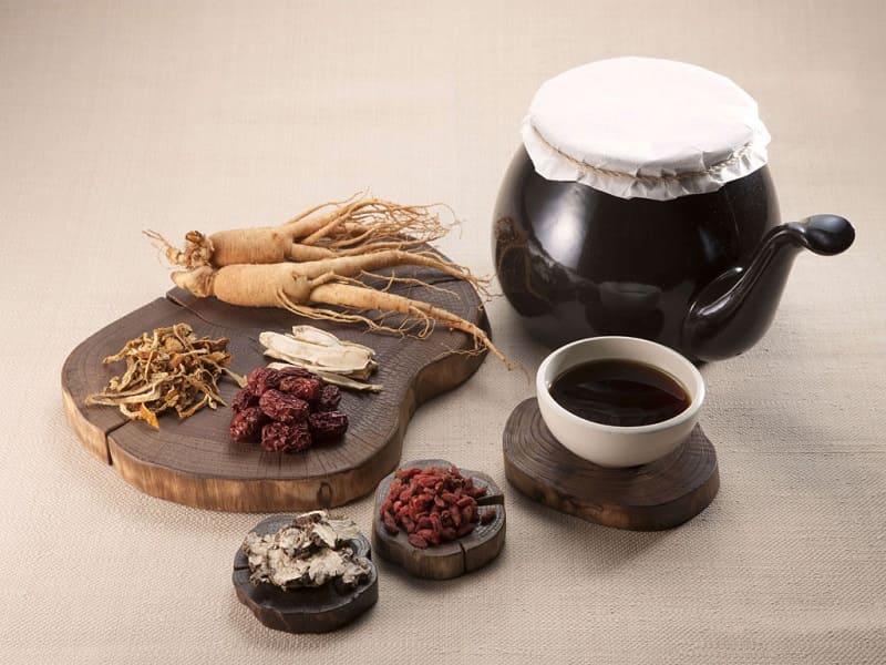 Bài thuốc Đông y sử dụng thảo dược tự nhiên để chữa bệnh