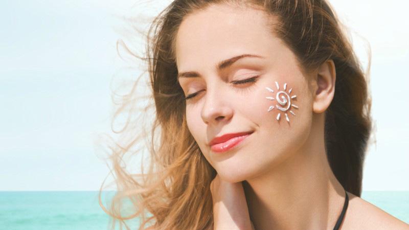 Bôi kem chống nắng là hình thức bảo vệ da toàn diện và ngăn ngừa tình trạng thâm sẹo do tác động môi trường