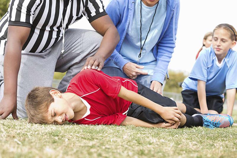 Chấn thương khi vận động là nguyên nhân khiến trẻ bị đau khớp gối