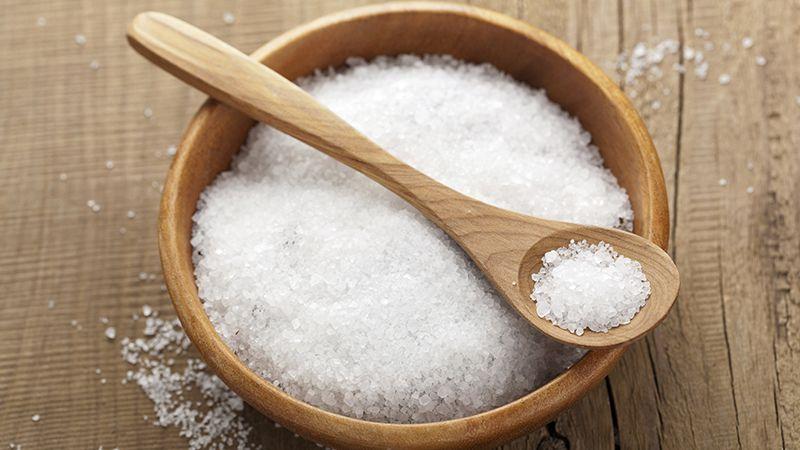 Dùng muối rang nóng chườm đầu gối giúp giảm đau hiệu quả