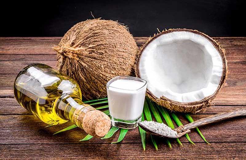 Dầu dừa chừa nhiều dưỡng chất giúp cải thiện ngứa và phục hồi làn da
