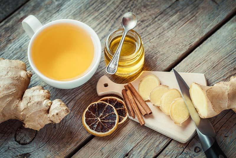 Các nguyên liệu như mật ong, gừng, chanh, hồi, hẹ.... có thể cải thiện một số triệu chứng đau rát họng điển hình