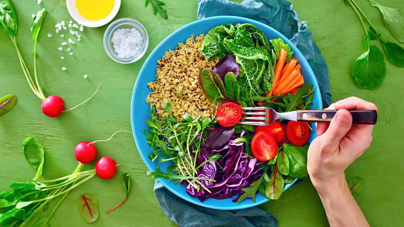 Người bệnh nên bổ sung nhiều rau xanh và trái cây để giúp tái tạo khớp