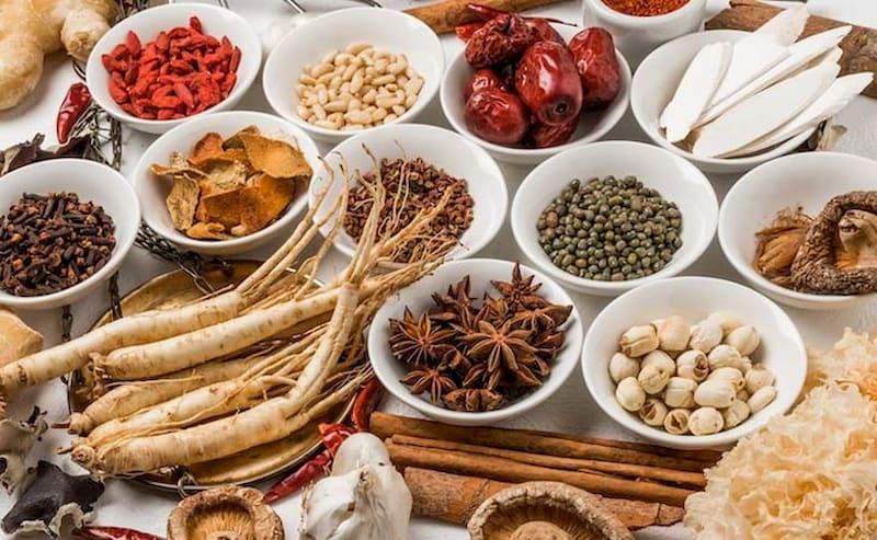 Đông y dùng các thảo dược an toàn, ít tác dụng phụ cho người sử dụng