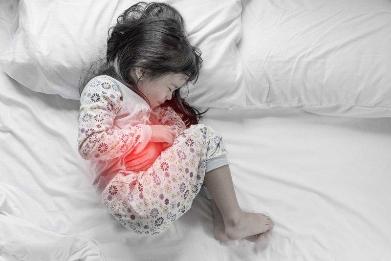 Đau dạ dày ở trẻ em có thể do nhiều nguyên nhân gây ra