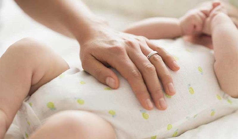 Massage bụng cho trẻ để làm giảm cơn đau