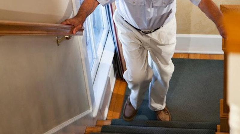 Đau đầu gối khi xuống cầu thang là một hiện tượng thường thấy trong cuộc sống