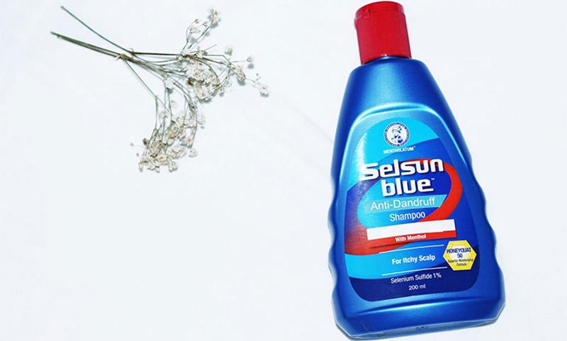 Selsun Blue là một loại dầu gội có tác dụng trị gàu, giảm viêm và nhiễm trùng trên da đầu khá nổi tiếng