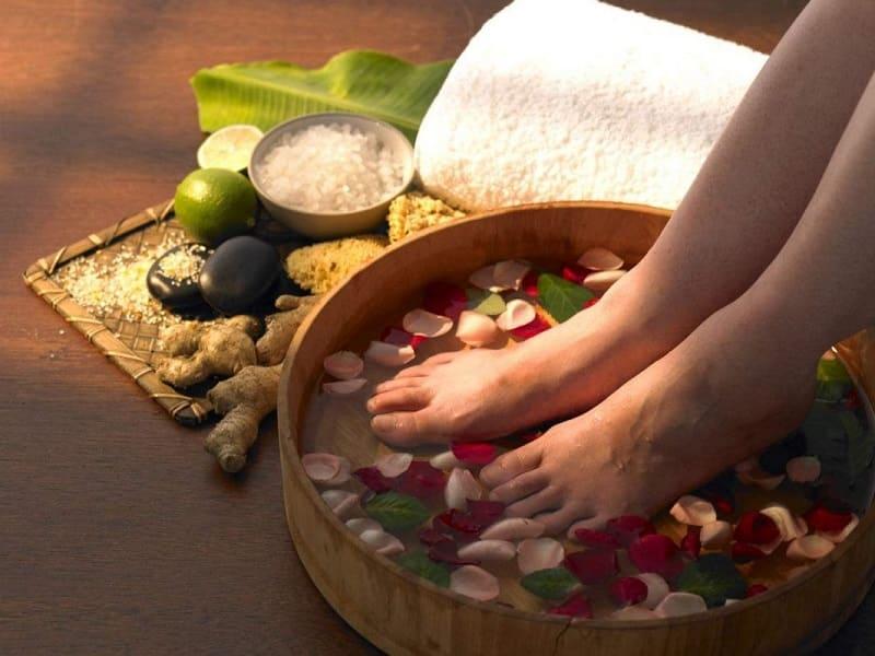 Ngâm chân với thảo dược chữa đau khớp cổ chân