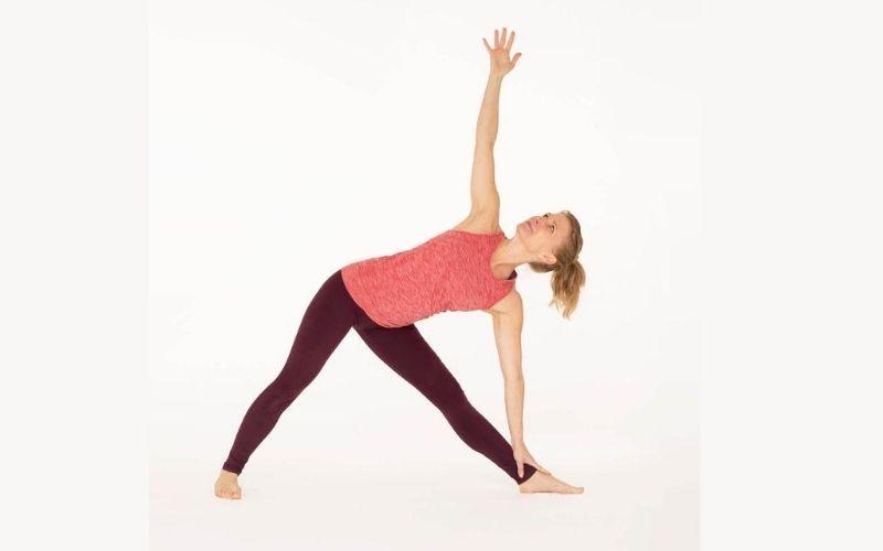 Trikonasana có tác dụng giãn khớp bả vai, khớp háng và khớp đầu gối