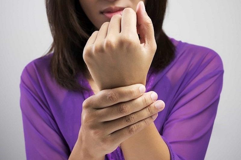 Đau khớp cổ tay sau sinh là hiện tượng nhiều chị em gặp phải
