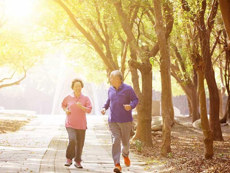 Thực hiện các bài tập đi bộ nhẹ nhàng giúp giảm đau khớp gối hiệu quả