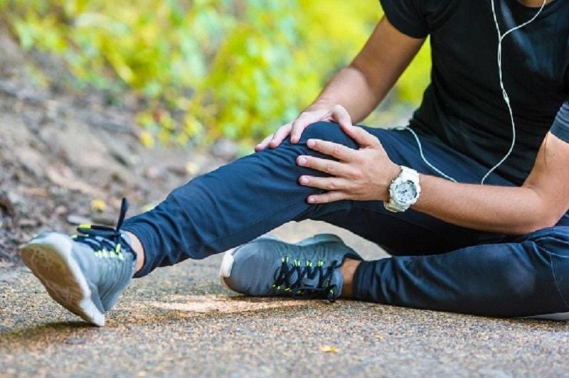 Đau khớp gối khiến người trẻ gặp nhiều khó khăn khi đi lại, vận động