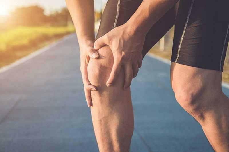 Chấn thương ở đầu gối được cho là nguyên nhân phổ biến gây đau khớp gối ở người trẻ tuổi