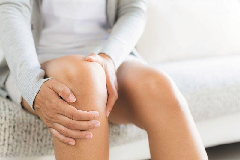 Đau nhức khớp đầu gối sau sinh khiến mẹ cảm thấy mệt mỏi và tăng áp lực, suy giảm sức khỏe