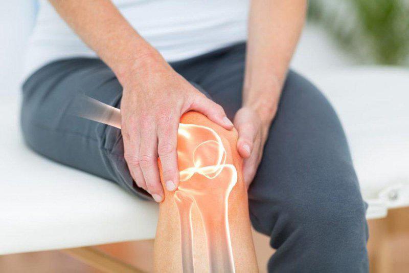 Triệu chứng điển hình nhất của đau khớp gối là xuất hiện cơn đau nhức và khó co, duỗi cơ