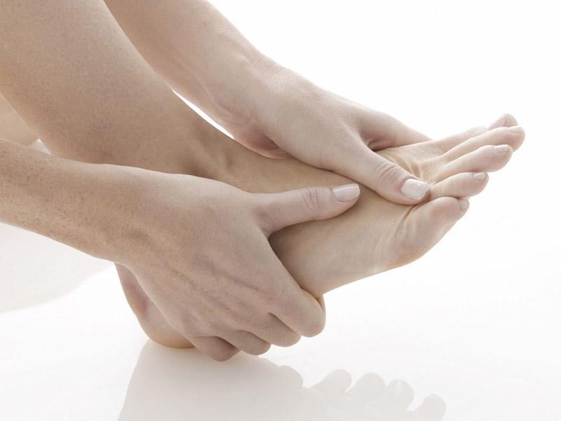 Đau khớp ngón chân xảy ra khi khớp xương ngón chân bị bào mòn