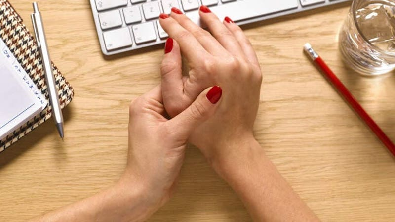 Có nhiều nguyên nhân gây ra tình trạng đau khớp ngón tay