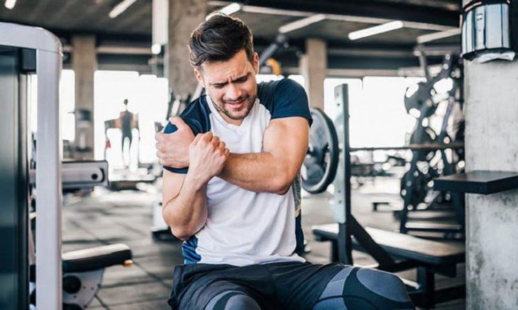 Đau khớp vai khi tập gym do nhiều nguyên nhân gây ra