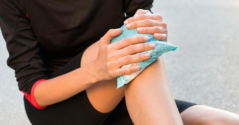 Người bệnh không nên chườm đá trực tiếp lên da vì có thể làm tăng nguy cơ bỏng nhiệt