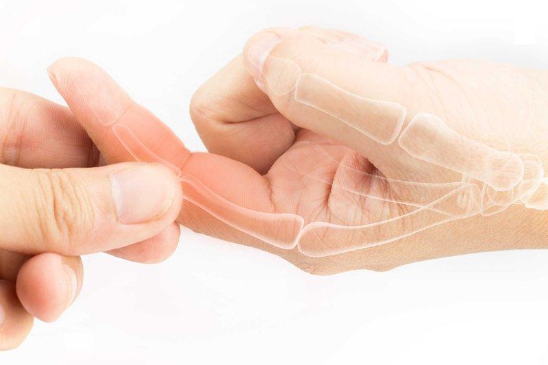 Đau khớp ngón tay do nhiều nguyên nhân gây ra