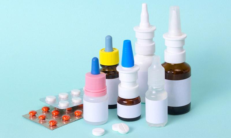 Thuốc điều trị viêm mũi họng xuất tiết bao gồm thuốc xịt nhỏ tại chỗ và thuốc uống