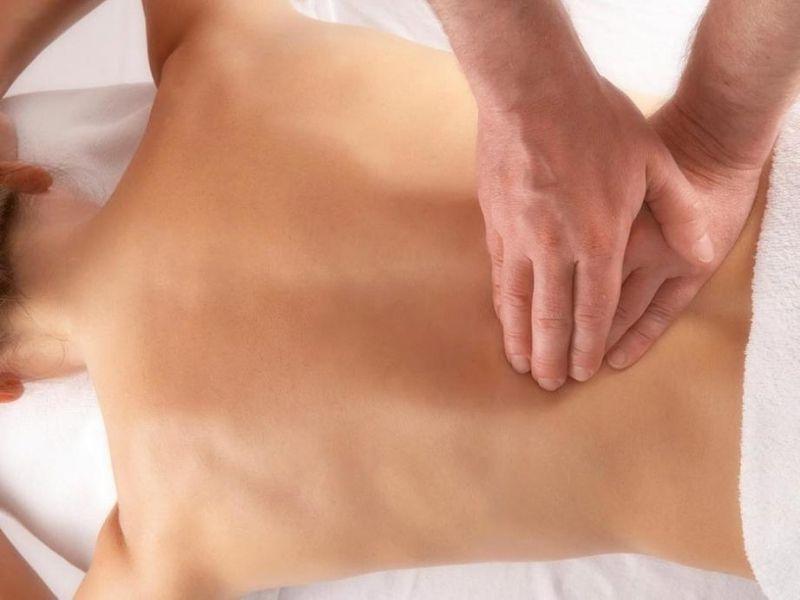 Nên kết hợp phương pháp với việc xoa bóp nhẹ nhàng vùng cột sống để tăng hiệu quả điều trị bệnh