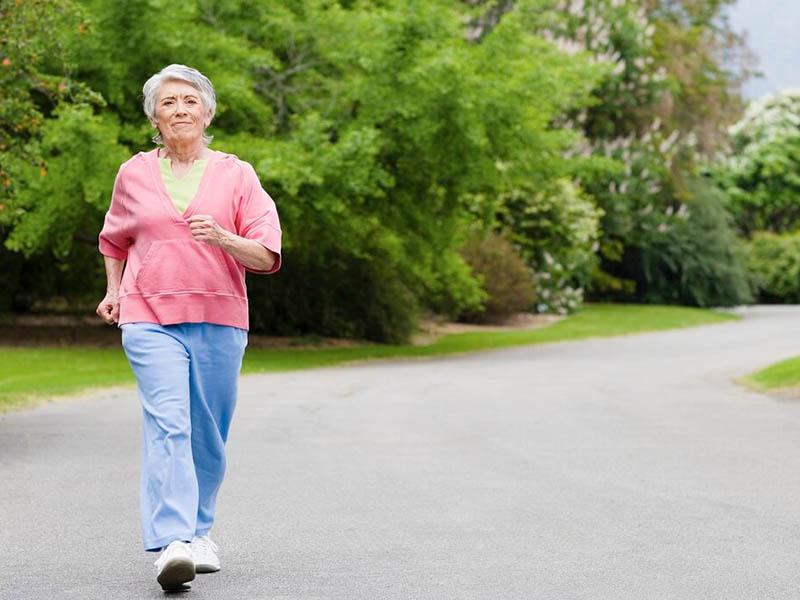 Sau khi phẫu thuật người bệnh nên đi bộ nhẹ nhàng để nhanh chóng hồi phục