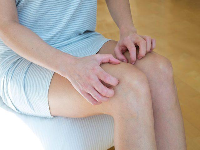 Da bị ngứa châm chích là một dạng kích thích dưới da, khiến người bệnh liên tục cào gãi, khó chịu
