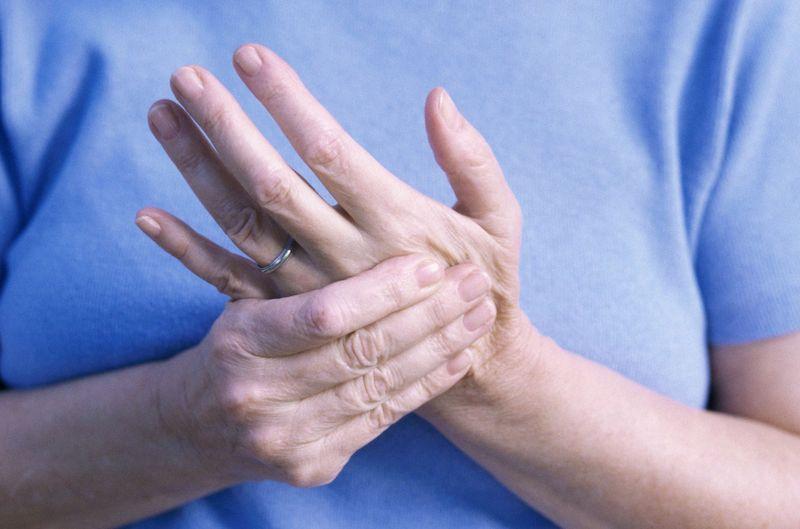 Sưng khớp ngón tay là hiện tượng phổ biến hay gặp