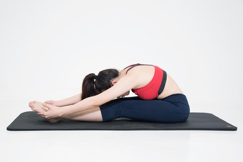 Tập yoga chữa viêm mũi dị ứng với tư thế Paschimottanasana