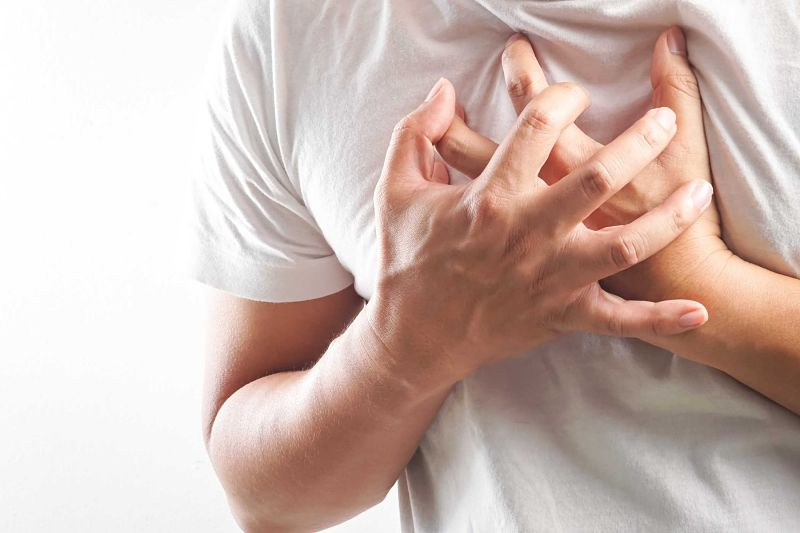Bệnh xuất hiện triệu chứng khó thở, nhịp tim yếu dần và có áp lực đè lên ngực