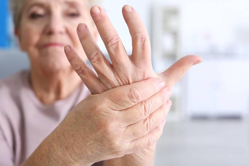 Thấp khớp còn gây ra một số biến chứng về tim mạch, phổi, hệ thần kinh