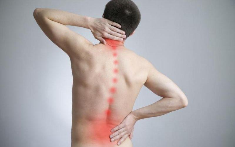 Những cơn đau đột ngột ở vùng lưng và cổ là những triệu chứng đầu tiên của bệnh